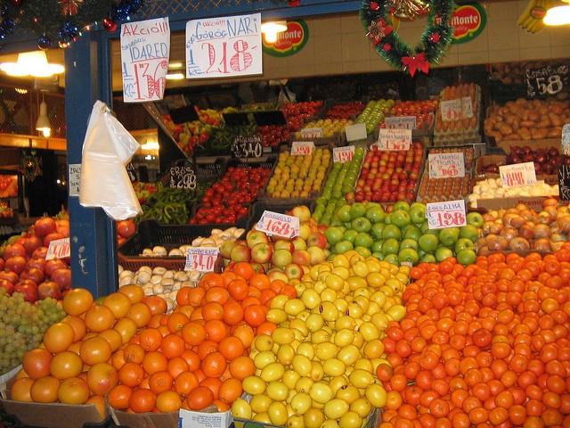 דוכן ירקות בשוק המקורה