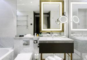מלון הילטון בודפשט חדר אמבטיה