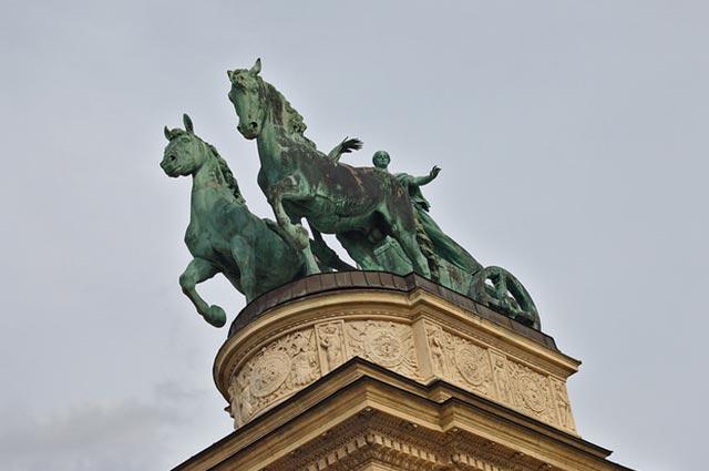 הסוסים שבכיכר הגיבורים