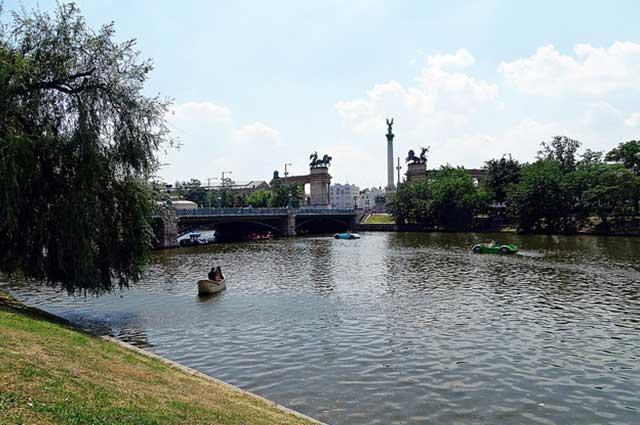 האגם שבהפארק העירוני